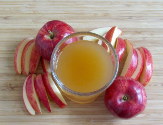 Apple Cider Vinegar in a glass with apple slices